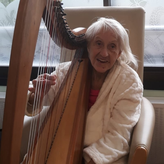 Patient plays the harp - West Middlesex University Hospital
